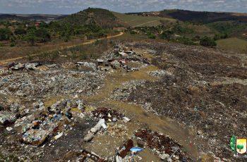 Prefeitura inicia trabalhos com máquinas para espalhar e compactar resíduos no lixão do município